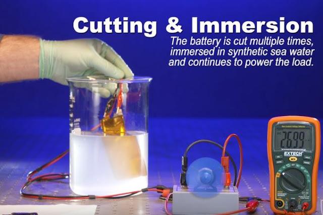 Εύκαμπτη μπαταρία λειτουργεί ακόμη κι αν την κόψεις και τη βυθίσεις σε νερό - Από Έλληνα ερευνητή