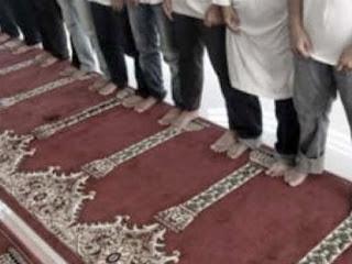 Ilzaq: Hukum Menempelkan Telapak Kaki Saat Shalat Jamaah