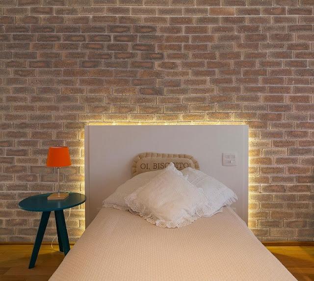 quarto-menina-cabeceira-cama-com-fita-de-LED-na-decoração