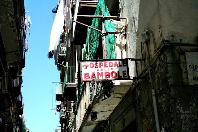 Spaccanapoli, finestre, centro Napoli, insegna ospedale delle Bambole
