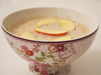 smoothie bowl with apple sauce and hazelnut rice milk