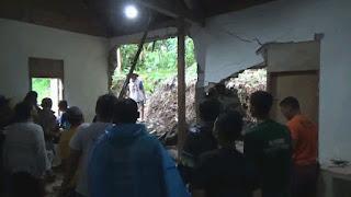 Longsor Terjang Rumah Milik Janda Siti Aisyah,Warga Ringinagung