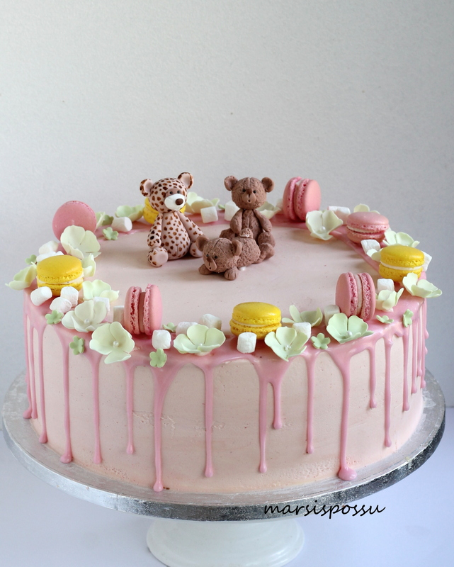 Macaronsein koristeltu kakku rippijuhliin