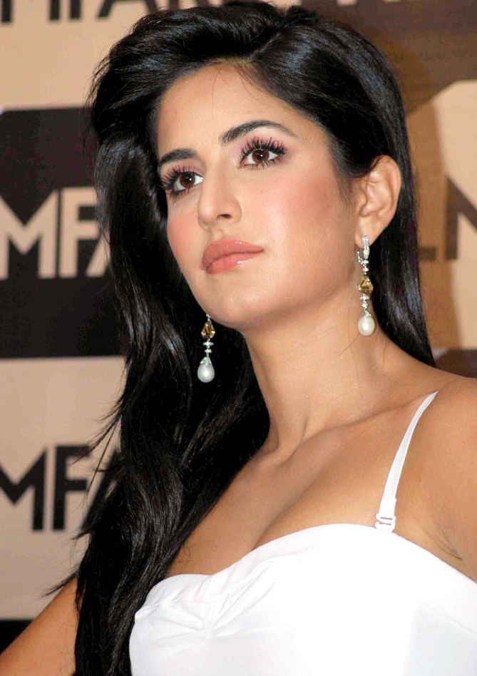 Celebrity Gossip Katrina Kaif In White Dress Wallpapers-4687