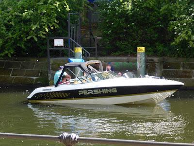 """Kleines Freizeitmotorboot mit dem Namen """"Pershing"""""""