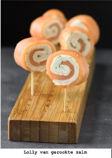Rolletjes gerookte zalm met brood en zachte kaas met bieslook. Ook glutenvrij verkrijgbaar