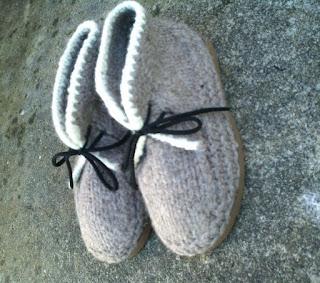 botas tricotadas  e feltradas com lã de ovelha, na cor natural cinza e branca