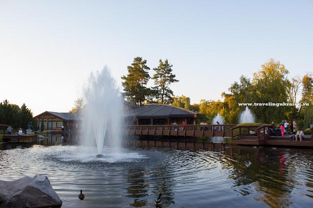 озеро с фонтаном в Межигорье, фото