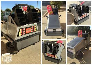 Auto Delorean de volver al futuro hecho con cajas recicladas de cartón