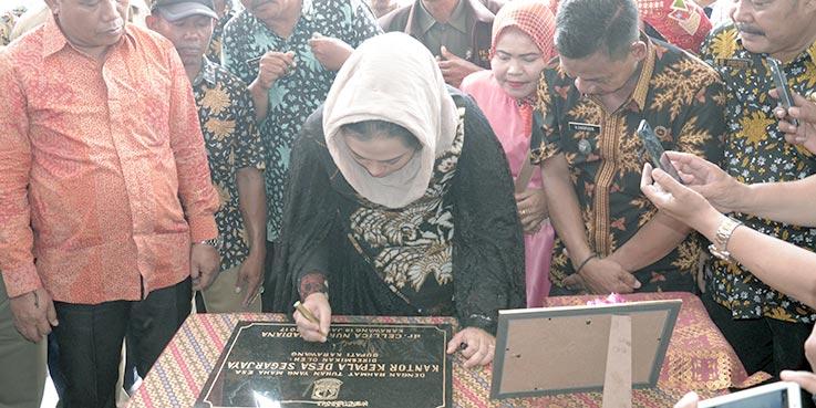Bupati Karawang dr. Cellica Nurrachadiana menandatangani prasasti peresmian Kantor Kepala Desa Segarjaya, Kecamatan Batujaya.