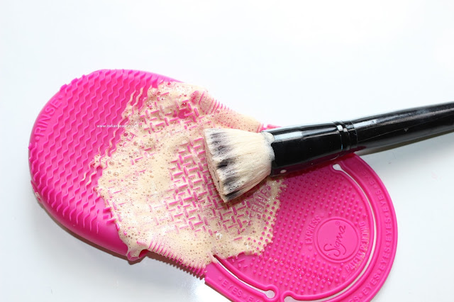 Sigma Beauty, Sigma brush cleansing Glove, Sigma Brushes, Sigma Spa Express Brush Cleaning Glove Review, How I clean my makeup brushes, Makeup brush cleansing, Makeup brush cleaning with shampoo, makeup