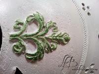 relief peint en vert vu de près