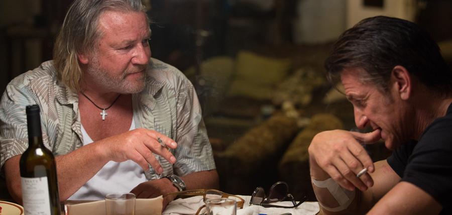 Ray Winstone şi Sean Penn în The Gunman