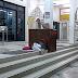 'Hampir jam 9 malam, budak ini masih berbaju sekolah & tertidur di tangga masjid...'