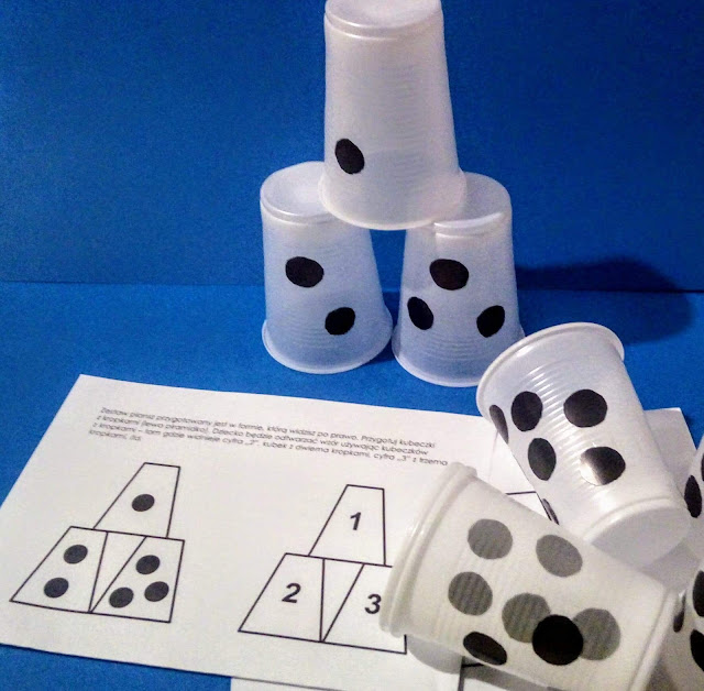 liczenie z kubkami, piramidy z kubków, wieże z kubeczków, piramida matematyczna