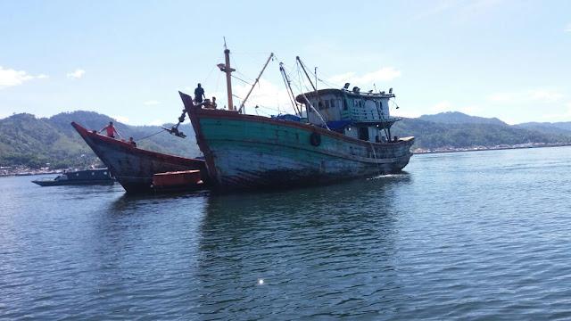 Kapal pukat trawl yang diamankan Lanal Sibolga.