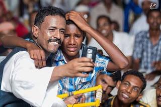 وسط دهشة الجماهير الفنان محمد النصري يوقف الغناء ليلتقط صورة سيلفي مع احد معجبيه