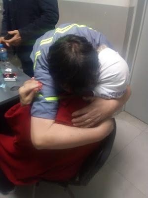 Una foto del día: abrazo en la comisaría