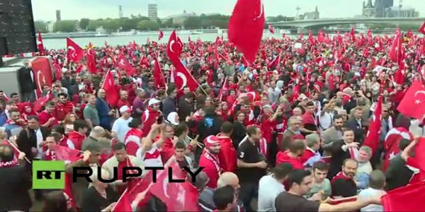 Επίδειξη δύναμης από τους ισλαμιστές οπαδούς του Ρ.Τ.Ερντογάν στην Κολωνία που φωνάζουν «Allahu Akbar»