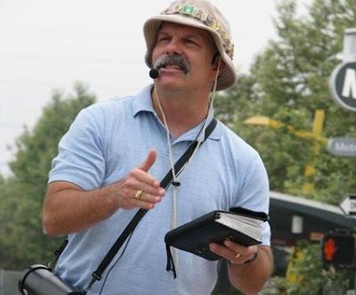 Predicador callejero con Biblia