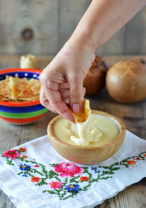 Nachos caseros con salsa de queso sin gluten y sin lactosa