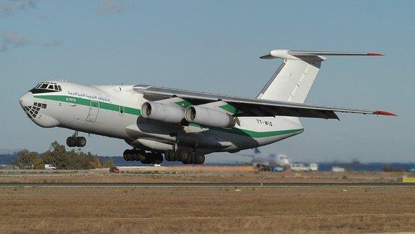 Resultado de imagen para Un avión con unos 100 militares a bordo se estrella en Argelia