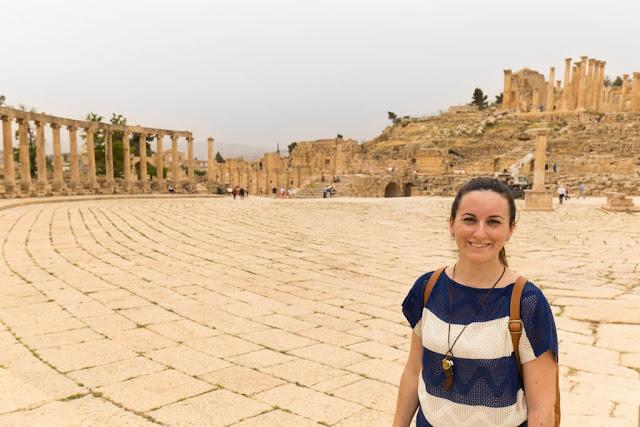Lena en la plaza oval de Jerash