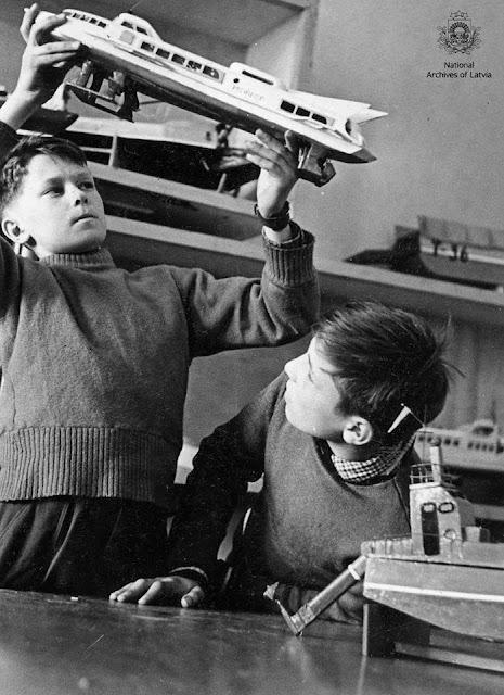 Skolnieki, rūpnīcas VEF Kultūras pils kuģu modelēšanas pulciņa dalībnieki A.Heinrihsons un H.Kurpnieks apskata pašu gatavotos modeļus. Rīga, 1964.gada 15.maijs. Autors: S.Daņilovs