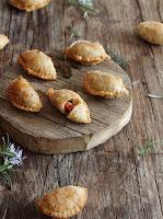 Empanadillas de lomo con pimiento y queso brie