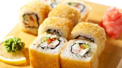 """Il sushi è entrato nell'immaginario collettivo come un piatto """"light"""", in grado di soddisfare il palato senza incidere più di tanto sulla linea. Se prendiamo in considerazione la ricetta base, cioè quella che include solo riso, pesce e alghe, possiamo dire che il sushi ha effettivamente un numero ridotto di calorie: consumando i classici 6 pezzi arriviamo a 200/300 kcal."""