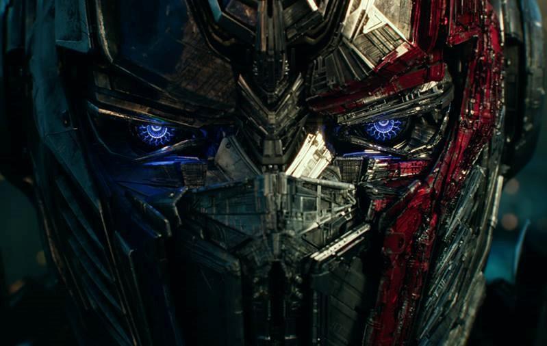 """Decepticons e autobots estampam cartazes animados de """"Transformers: O Último Cavaleiro"""""""