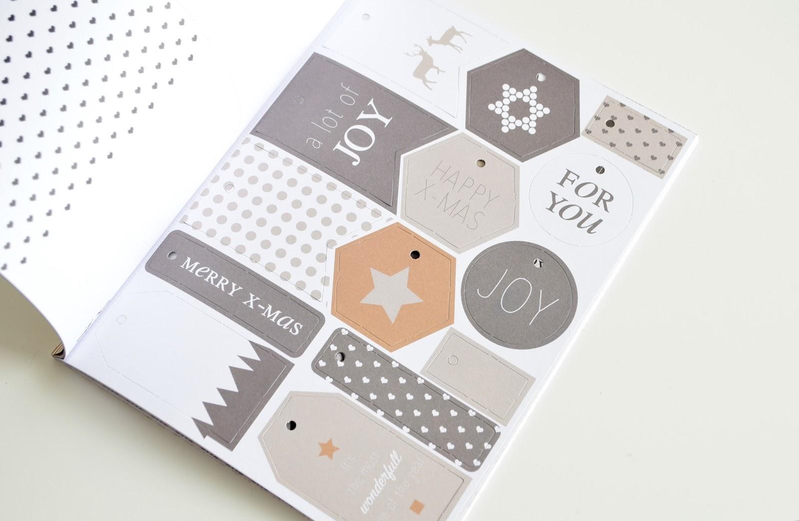 Świąteczny zeszyt z papierowymi dekoracjami