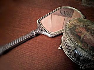 Espejo sterling junto a joyero de almoneda