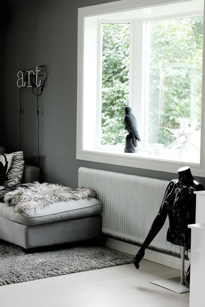 falk, falkar, fågel, fåglar, svart, vitt, grått, svart och vitt, svartvit, svartvita, fårskinn, isländska, får, skinn, skyltdocka, soffa, neonbokstäver, neon, lampa, vardagsrum, vardagsrummet, gråa, grå, annelies design, webbutik, webbutiker, webshop, nettbutikk, nettbutikker, inredning, inspiration