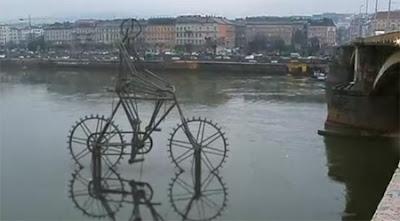 Esculturas y arte  con una bicicleta en el lago
