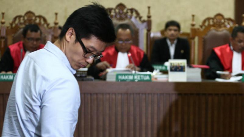 Suami Mirna, Arief Sumarko saat menjadi saksi sidang pembunuhan istrinya