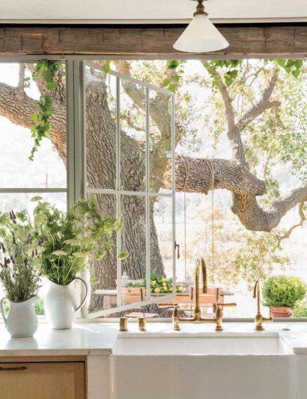 Inspiring and beautiful white modern farmhouse kitchen design by Giannetti Home via Hello Lovely Studio. #brassfaucet #farmsink #patinafarm #kitchendesign
