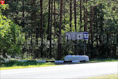 Эта дорога ведет к братской могиле,  где в 1942 году зверски убиты  немецко-фашистскими захватчиками  600 еврейских детей и 200 стариков -  жителей Ивенца и окрестных деревень