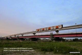 多摩川河川敷をゆくモノレール写真