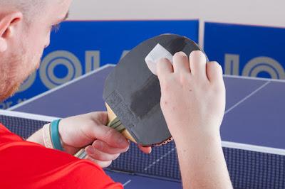 Sử dụng vải mềm hoặc khăn ướt lau bề mặt vợt tránh dây trầy xước