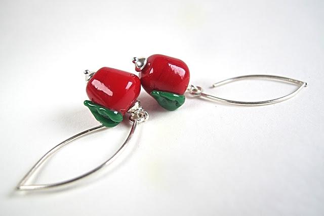 zalige rode glasappeltjes met sterling zilveren buttons en haken  totale lengte : 5 cm