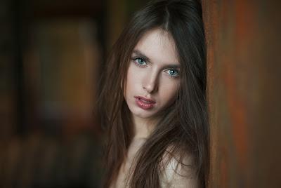 Preciosos ojos de esta chica mirando a cámara