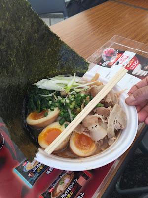 Ramen de caldo de cerdo, con carne de cerdo, huevo duro y alga nori