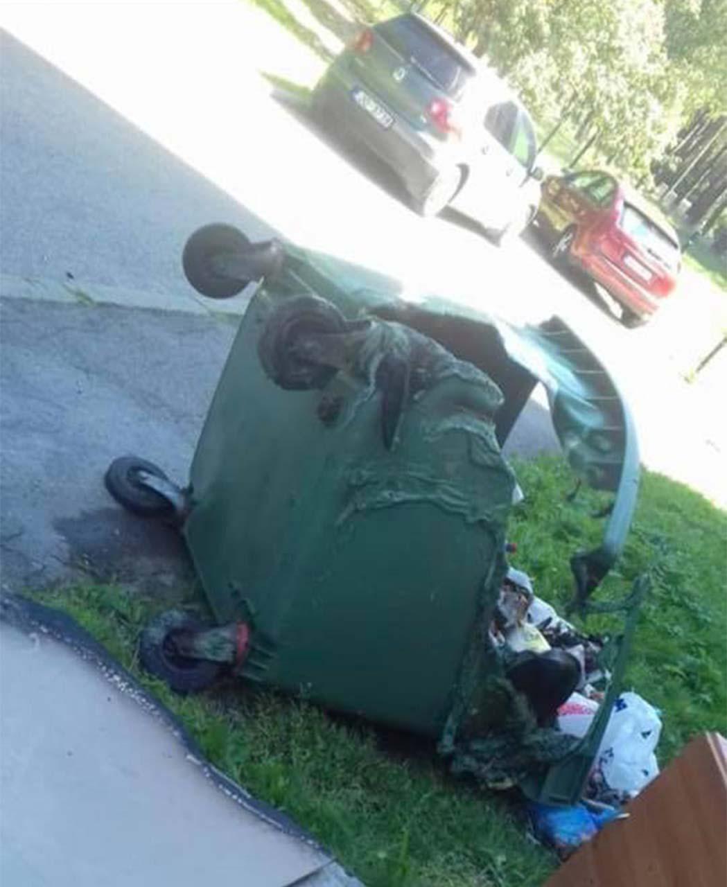 Sadegusi un nogāzta atkritumu tvertne