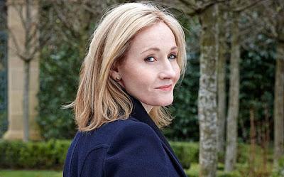 Biografi JK Rowling        Joanne Kathleen Rowling atau yang dikenal dengan J.K Rowling dilahirkan di Chipping Sodbury, Gloucestershine, England pada tanggal 31 Juli 1965. Bersama orang tua dan adiknya, Rowling pindah rumah ke daerah Winterbourne. Ditempat itu ia mempunyai tetangga yang bernama Potter. Saat Rowling berusia 9 tahun, ia dan keluarganya pindah lagi ke Tutshill. Di Tutshill. Rowling mulai menulis cerita sejak berusia 5 tahun. Karya pertamanya berjudul Rabbit. Rowling mulai bersekolah di sebuah sekolah dasar dan berlanjut ke Wyedean Comprehensive. Setelah lulus Rowling melanjutkan ke Exeter University. Di Exeter ini Rowling belajar bahasa perancis. Pada tahun 1990 Rowling lulus dari Exeter University. Saat berumur 26 tahun ia pindah ke Portugal menjadi guru bahasa Inggris.  Sebagai seorang lulusan Universitas Exeter, Rowling berpindah ke Portugal pada tahun 1990 untuk mengajar Bahasa Inggris. Di sana dia berjumpa dengan seorang wartawan Portugis. Rowling menikah dengan Jorge Arantes seorang wartawan yang berasal dari Portugis. Pada tahun 1993 anaknya yang bernama Jessica lahir. Namun tidak lama setelah anaknya lahir, Rowling bercerai dengan suaminya dan pindah ke Edinburg dengan anaknya dan tinggal berdekatan dengan rumah adik perempuan Rowling, Di..Dalam perjalanannya dari Manchester ke London dengan Kereta api