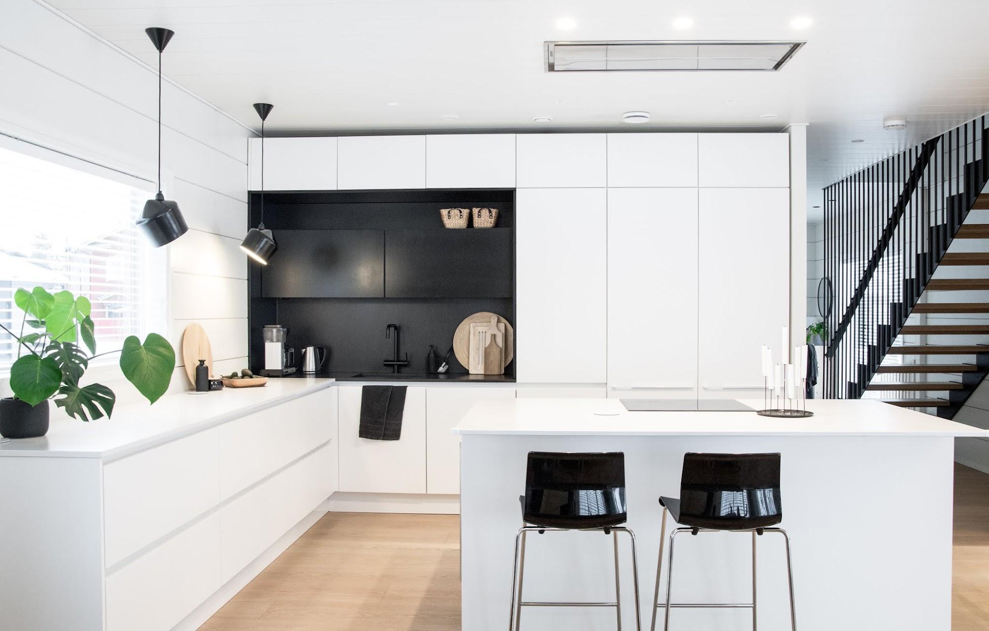 talo markki - Keittiön kaaoksen kesyttäminen 3 tuotteella - mustavalkoinen keittiö - mustat teräsportaat - modernit portaat