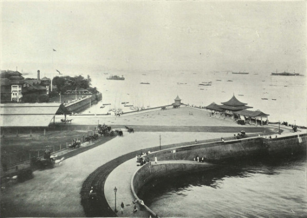How Apollo Bunder looked in sometime around 1905, before the Gateway of India was constructed there - The Apollo Bunder - the Gate of India Special Collections, University of Houston Libraries. From University of Houston Digital Library.