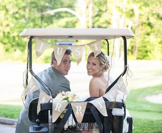 Carrito de golf como alternativa al coche de novios - Foto: www.poptasticbride.com
