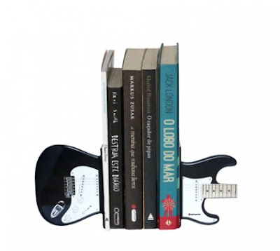 Aparador de Livros Guitarra com livros
