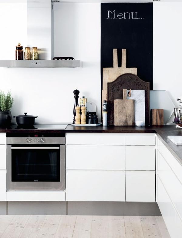 cocina blanca con toques color chocolate chicanddeco